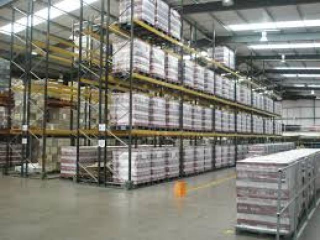 Упаковка колбасных изделий на фабрике в Corby